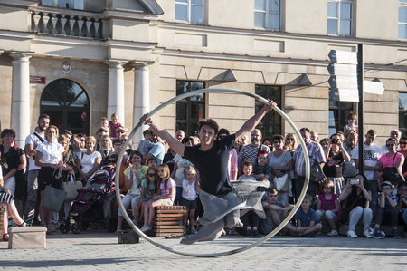 Spectacle de rue dansant avec la roue au Carnaval de Mankind Festival situé dans la ville de Lublin et dédié au théâtre, au cirque et au street art Banque d'images - 86718839