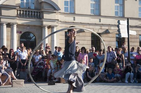 Artiste de rue dansant avec le volant au Festival du Carnaval de l'Homme se déroulant dans la ville de Lublin et dédié au théâtre, au cirque et au street art Banque d'images - 86718842