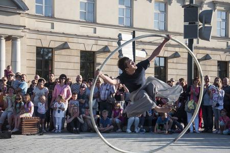 Artiste de rue dansant avec le volant au Festival du Carnaval de l'Homme se déroulant dans la ville de Lublin et dédié au théâtre, au cirque et au street art Banque d'images - 86718850