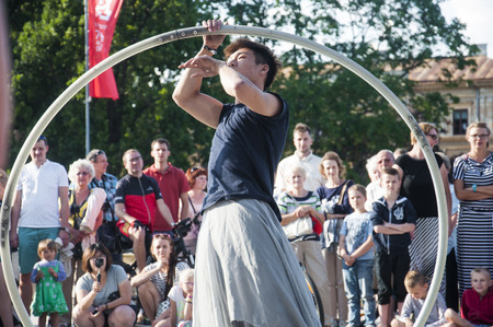 Artiste de rue dansant avec le volant au Festival du Carnaval de l'Homme se déroulant dans la ville de Lublin et dédié au théâtre, au cirque et au street art Banque d'images - 86718851