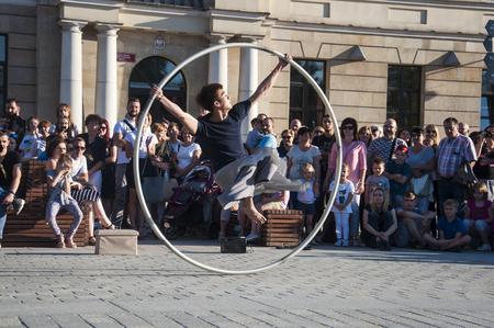 Artiste de rue dansant avec le volant au Festival du Carnaval de l'Homme se déroulant dans la ville de Lublin et dédié au théâtre, au cirque et au street art Banque d'images - 86718852