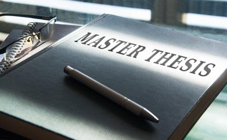 una tesis de maestría en ser escrita en el escritorio Foto de archivo