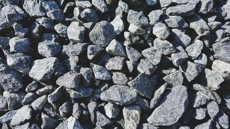 Graue Kalksteinkiesnahaufnahme am sonnigen Tag. Standard-Bild