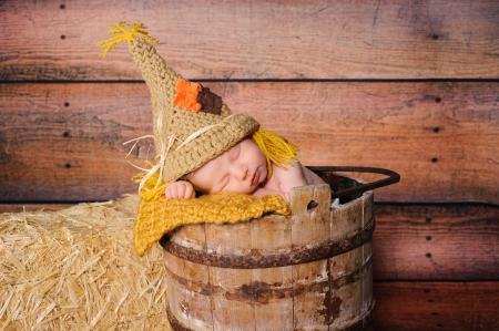 scarecrow: 11 d�as viejo beb� reci�n nacido que llevaba un traje de ganchillo espantap�jaros
