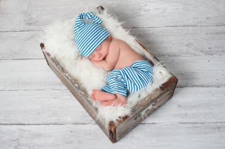 아기: 신생아 아기 잠옷을 입고 모자 슬리핑