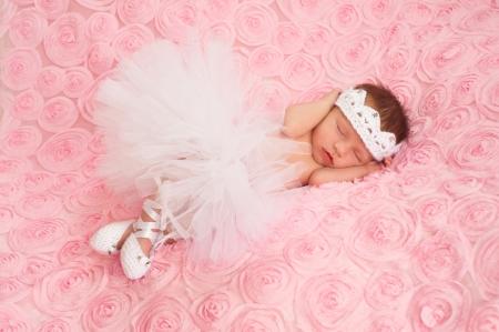 zapatillas ballet: Beb� reci�n nacido que desgasta un tut� de bailarina Blanca Foto de archivo