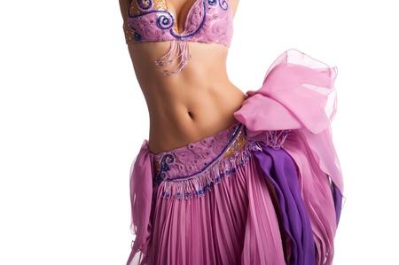 danseuse orientale: Torse d'une danseuse du ventre femme portant un costume rose et en secouant ses hanches isolé sur blanc