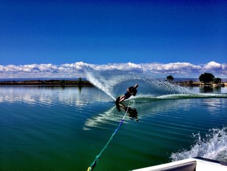50-jarige man waterskiën op Sweitzer Lake in Delta Colorado. Stockfoto