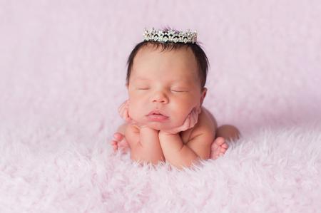 bebes niñas: Retrato nueve días de edad dormir bebé recién nacido niña. Ella lleva una corona de diamantes de imitación delicado y se posó con su barbilla en sus manos.