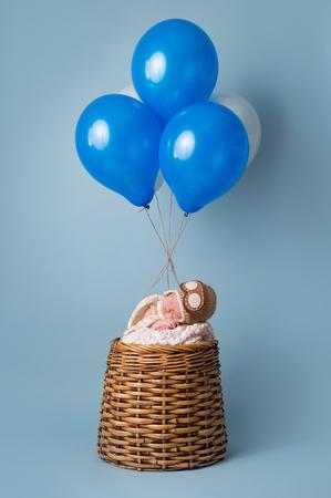 pilotos aviadores: Dormir el bebé recién nacido de nueve días que llevaba un sombrero del aviador y dormir en un globo de aire caliente del pretendiente. Foto de archivo