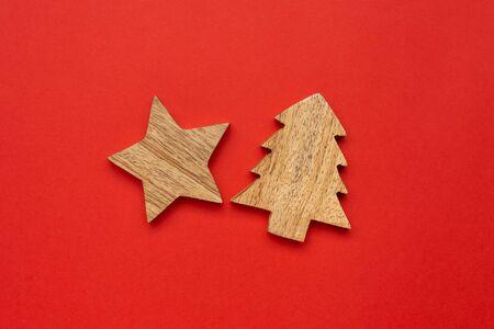 Wooden decoration star for Chrismas tree on red color background Foto de archivo - 133414934