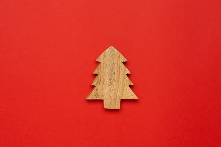 Wooden decoration star for Chrismas tree on red color background Foto de archivo - 133414935