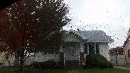 Rainy Haus Standard-Bild - 32877962