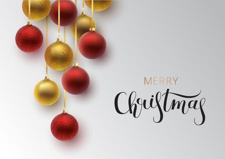 Kerst wenskaart. Gouden en rode kerstbal, met een ornament en lovertjes. Hand getrokken belettering. Vector illustratie. Stockfoto