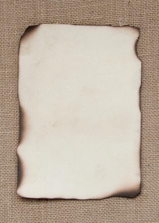 papel quemado: Tarjeta de papel quemado sobre arpillera Foto de archivo