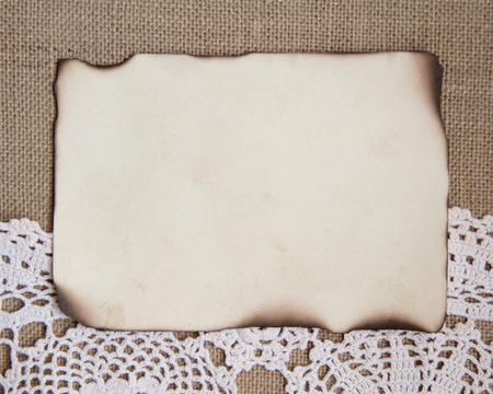 papel quemado: Tarjeta de papel quemado sobre doily ganchillo y arpillera