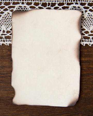 papel quemado: Vintage quemado tarjeta de papel y los encajes de ganchillo Foto de archivo