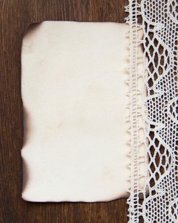 papier brul�: Vintage br�l� la carte de papier et la dentelle au crochet
