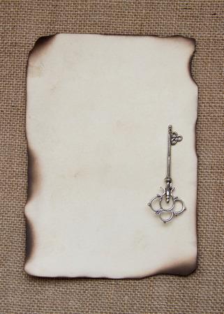 papel quemado: Tarjeta de papel quemado con llave de plata