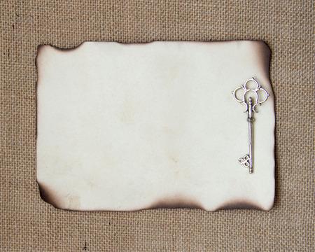 papier brul�: Br�l� carte de papier avec la cl� d'argent
