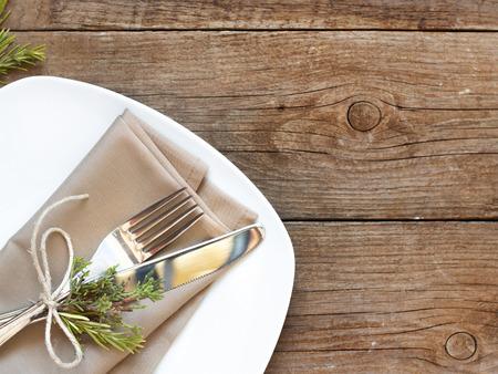 Tabella impostazione rustica con ginepro e rosmarino decorazione sul vecchio tavolo di legno Archivio Fotografico - 30485838