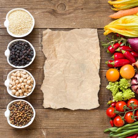 Cereali, legumi e verdure su un tavolo di legno Archivio Fotografico - 31728868