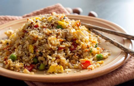 Huevos fritos de arroz con verduras y fritos - Cocina China Foto de archivo