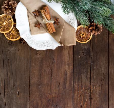 comida de navidad: Ajuste con especias en la mesa de madera mesa festiva