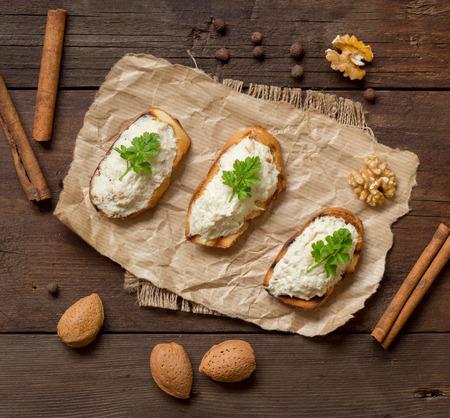 papel artesanal: Pan tostado con una mousse de bacalao salado en un papel del arte Foto de archivo