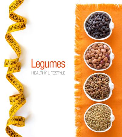 leguminosas: Variedad o legumbres en tazones aisladas en blanco