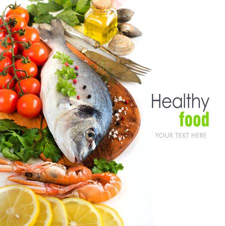 Dorado verse vis, zeevruchten en groenten op een witte achtergrond Stockfoto