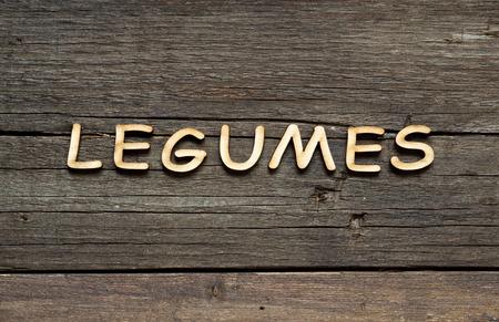 leguminosas: La palabra de Legumbres en una mesa de madera Foto de archivo