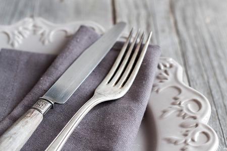 Tabella impostazione Vintage con tovagliolo e piatto sul tavolo in legno vecchio Archivio Fotografico
