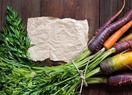 craft paper: Zanahorias frescas del arco iris org�nicos y el papel del arte en la madera