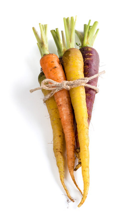 marchewka: Bukiet świeżych organicznych marchwi tęczy samodzielnie na białym tle