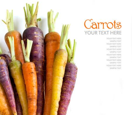 marchew: Świeże organiczne marchewki tęczy samodzielnie na białym tle Zdjęcie Seryjne