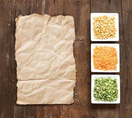 paper craft: Las legumbres en tazones en una mesa de madera