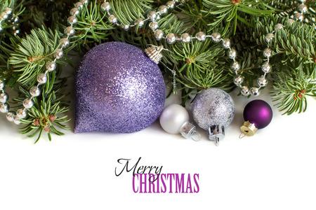 morado: Plata y adornos de Navidad p�rpuras frontera en el fondo blanco