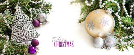 Argento, panna e ornamenti di Natale viola frontiera su sfondo bianco