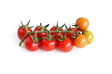 tomate cherry: Frescos tomates? Herry aislados en un fondo blanco