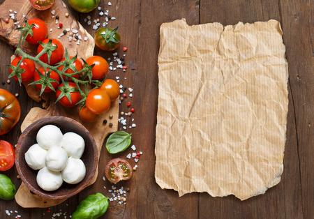 paper craft: ingredientes de cocina italiana: mozzarella, tomates, albahaca, aceite de oliva y otros
