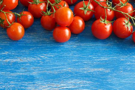 古い青い木製の背景にチェリー トマト