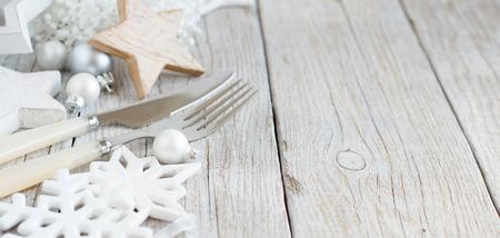 Silber und Sahne Einstellung Weihnachten Tabelle mit Weihnachtsdekorationen