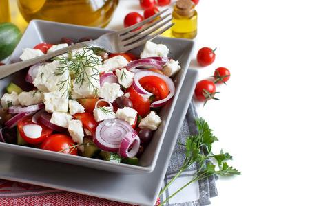 picada: Ensalada griega con tomates, queso feta, pepinos, cebollas y aceitunas