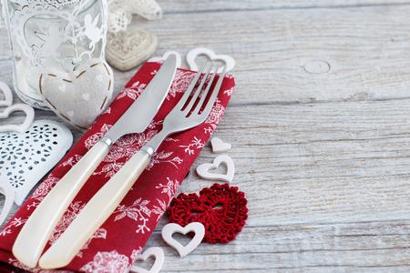 ambiente rustico tavolo il giorno di San Valentino su un tavolo di legno Archivio Fotografico