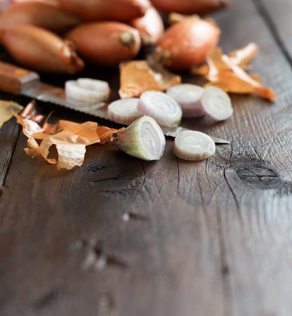 cipolla organici su tavola di legno vicino