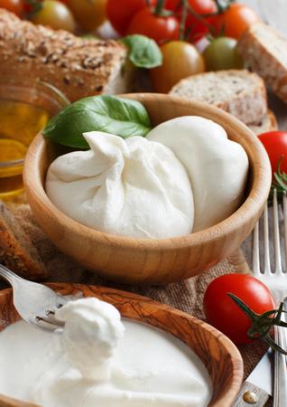 Italian cheese burrata, tomatoes, basil and  bread Archivio Fotografico