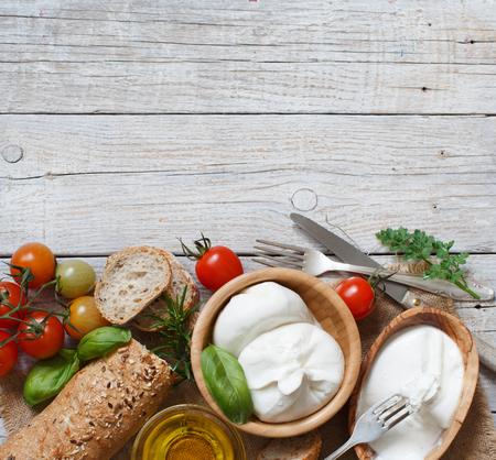 burrata formaggio italiano con pane, verdure e le erbe Archivio Fotografico