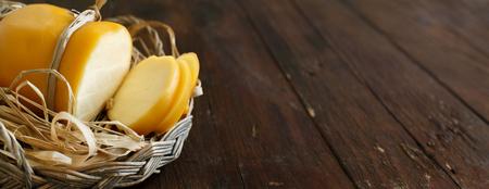 Scamorza, tipico formaggio affumicato italiana su tavola di legno Archivio Fotografico - 75336108