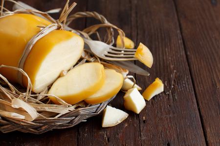 スカモルツァ、典型的なイタリアのスモーク チーズ木製テーブルの上